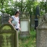 Gästeführerin Petra Schmid auf dem jüdischen Friedhof in Schwanfeld, Foto: Josef Laudenbacher